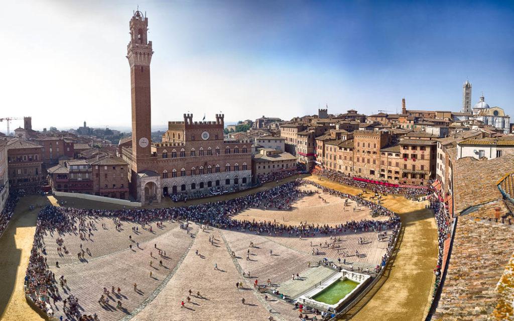 Piazza del campo, fonte Gaia, Palazzo Pubblico e Torre del Mangia foto di Duccio Fiorini